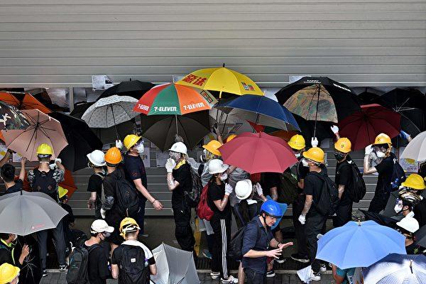 抗议者冲撞立法会大门。(ANTHONY WALLACE/AFP/Getty Images)
