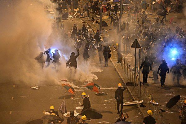 7月1日夜間,港警發催淚彈驅趕包圍立法會的抗議民眾。(ANTHONY WALLACE/AFP/Getty Images)