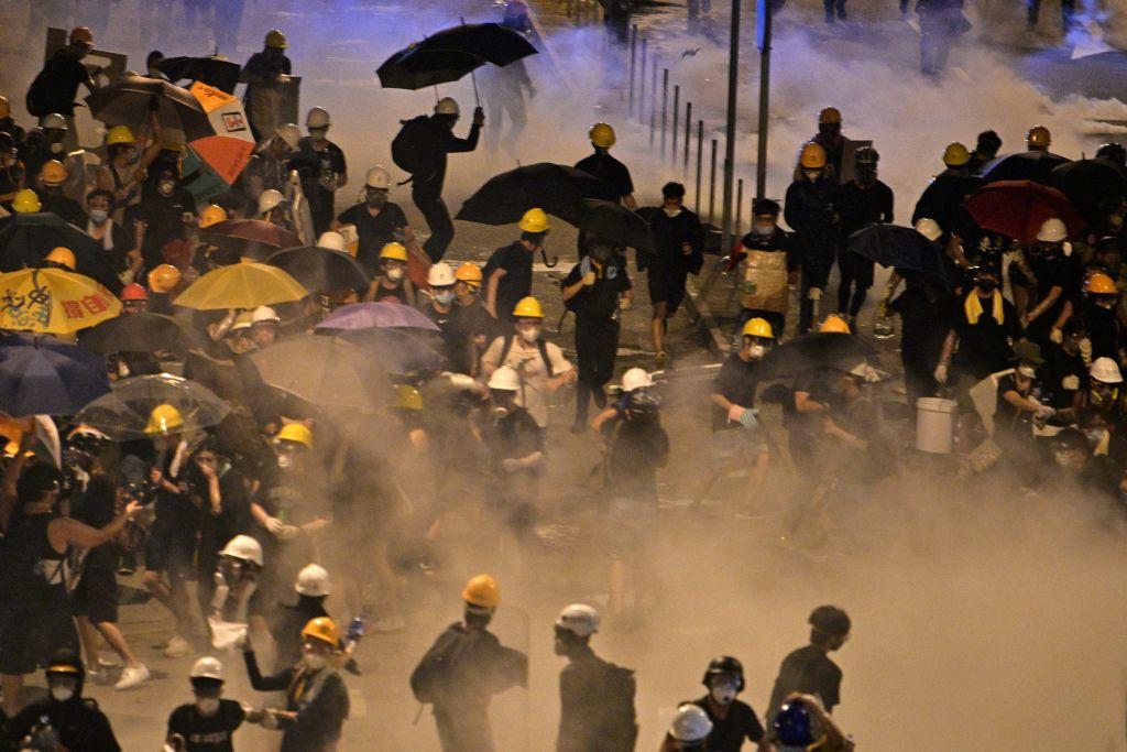 組圖:立法會佔領行動 港警催淚彈清場