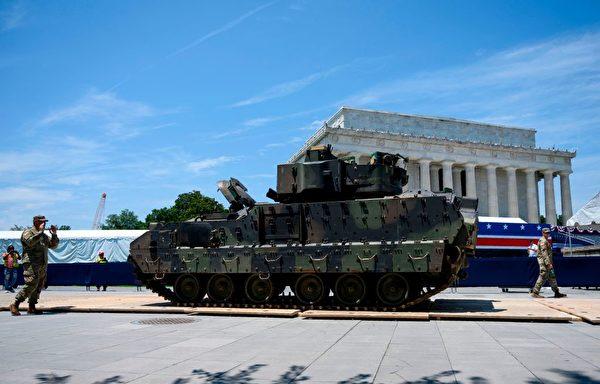 拉德利戰車(Bradley Fighting Vehicles)是能夠抑制火力攻擊的裝甲運兵車。(Caballero Reynolds/AFP/Getty Images)