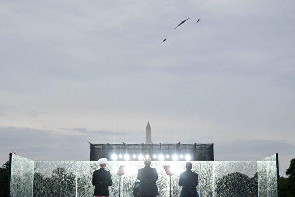 兩架F-22和一架B-2出現在天空中。(MANDEL NGAN/AFP/Getty Images)
