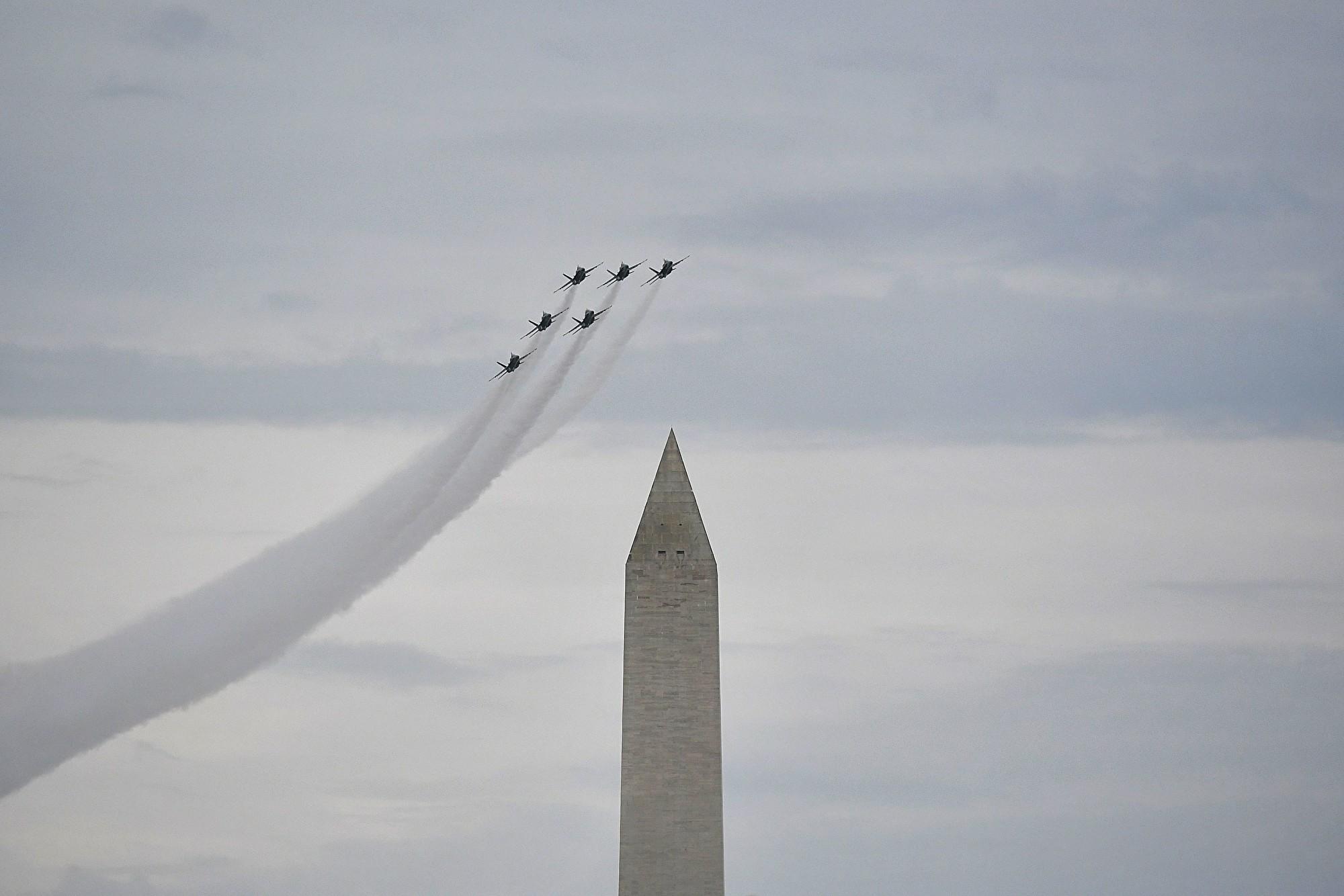 2019年7月4日,美國總統特朗普在華盛頓特區林肯紀念堂舉行「向美國致敬」國慶慶祝活動,人們聚集在國家廣場上,藍天使的6架F-18戰機飛過頭頂。(MANDEL NGAN/AFP)