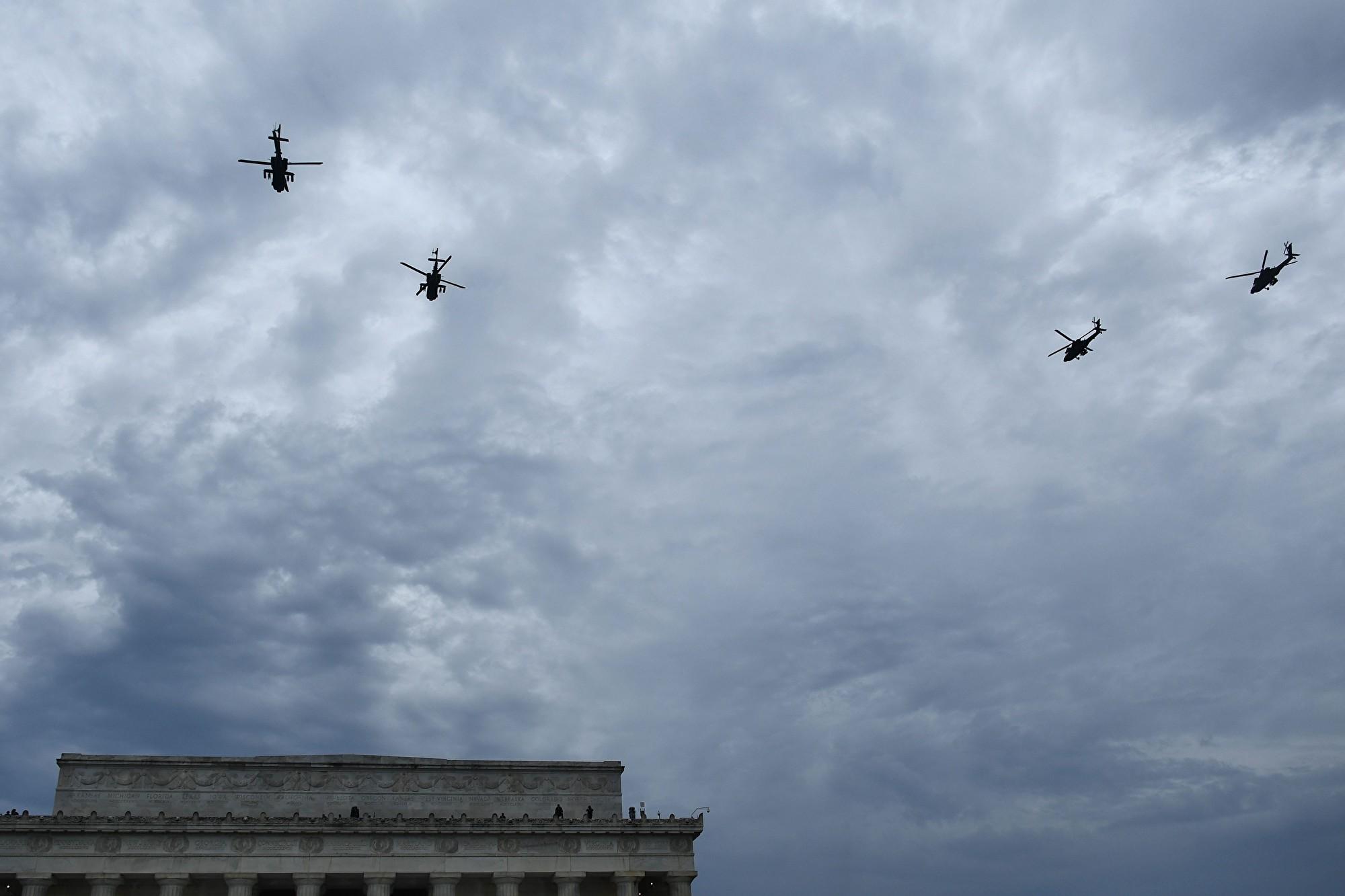直升機飛掠。(Brendan Smialowski/AFP)