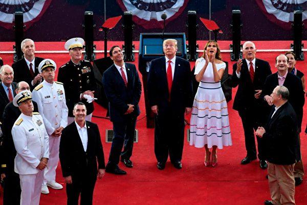 2019年7月4日,美國總統特朗普、第一夫人梅拉妮亞、副總統彭斯,以及美國高級將領在華盛頓DC的林肯紀念堂前舉行閱兵活動。(SUSAN WALSH/AFP/Getty Images)