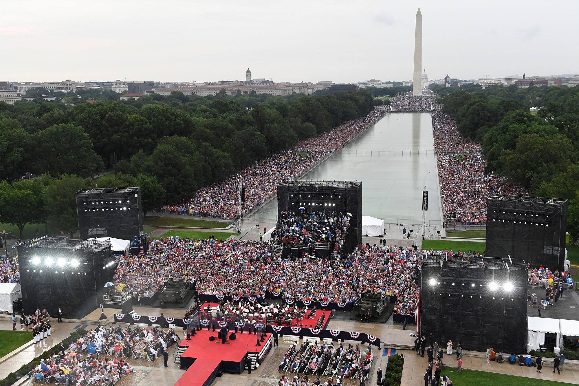 2019年7月4日,美國總統特朗普在華盛頓特區林肯紀念堂舉行「向美國致敬」國慶慶祝活動,人們聚集在國家廣場上。 (Susan Walsh/POOL/AFP)