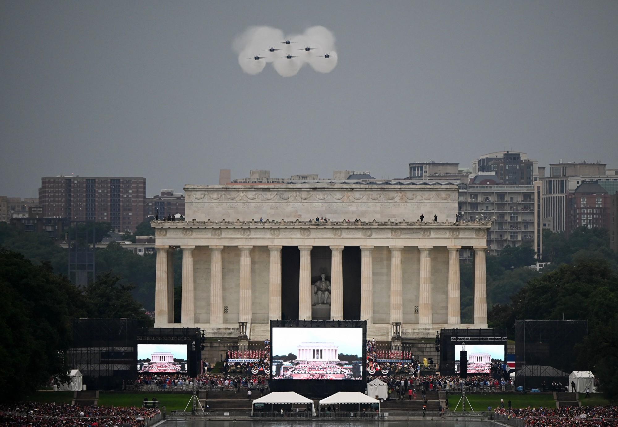 2019年7月4日,美國總統特朗普在華盛頓特區林肯紀念堂舉行「向美國致敬」國慶慶祝活動,人們聚集在國家廣場上,藍天使的6架F-18戰機飛過頭頂。(ANDREW CABALLERO-REYNOLDS/AFP/Getty Images)