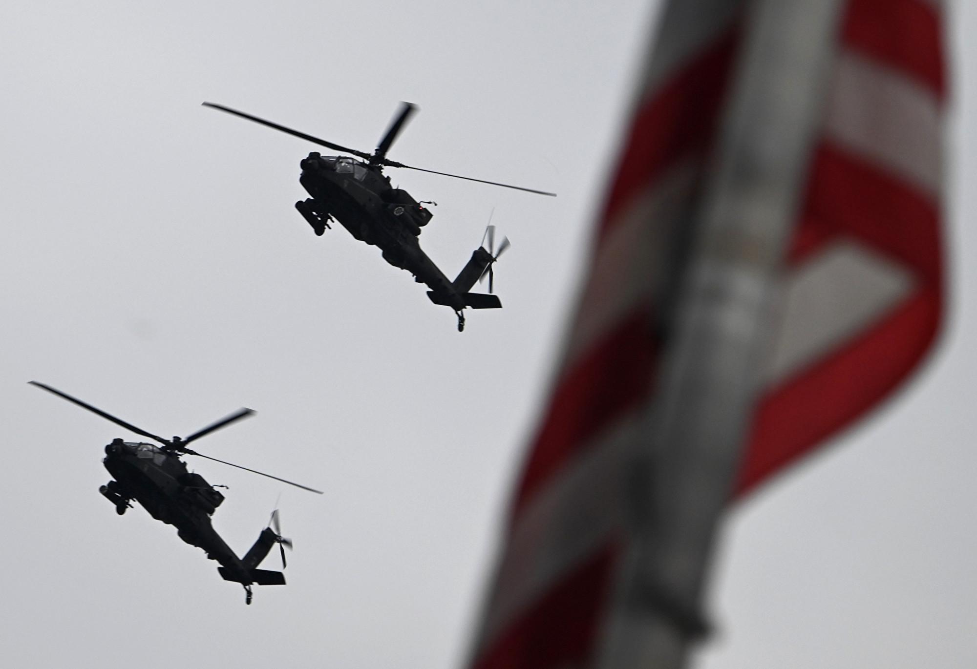 直升機飛過頭頂。(ANDREW CABALLERO-REYNOLDS/AFP)