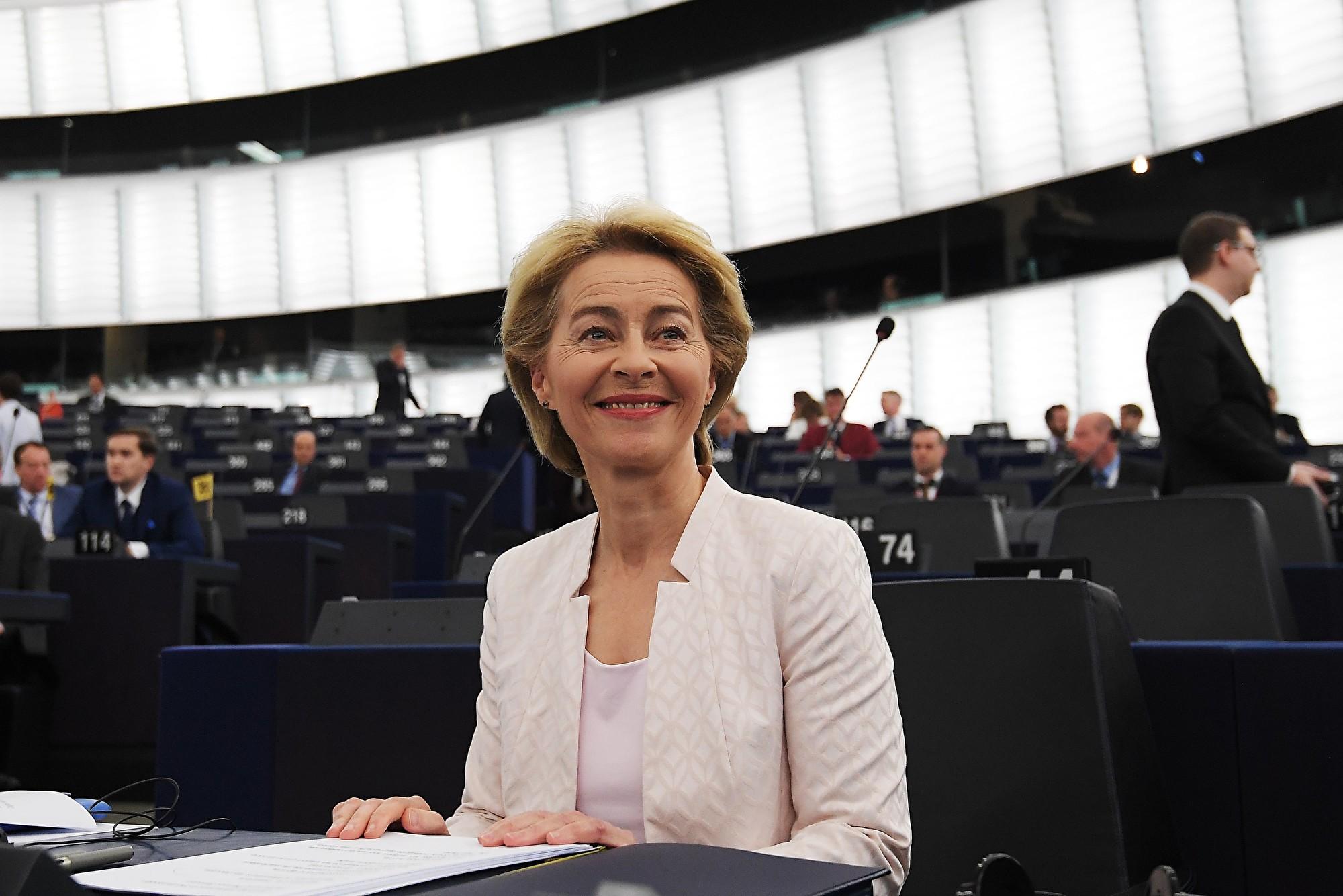 歐洲議會今天(7月16日)投票通過,由德國國防部長馮德萊恩(Ursula von der Leyen)接掌下屆歐盟委員會(執委會)主席,她將是歐執會史上首位女性領導人。(FREDERICK FLORIN/AFP/Getty Images)