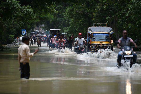 印度等南亞三國洪水 300多人遇難