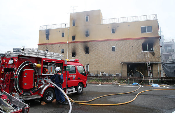 「京都動畫」的工作室發生火災,消防車前往滅火。(JIJI PRESS/AFP/Getty Images)