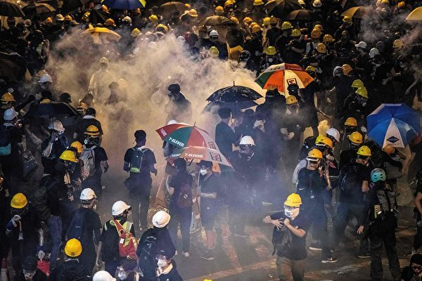 2019年7月21日,香港民陣發起的反送中遊行,晚間10點多在信德中心爆發警民衝突,警方多次施放催淚彈清場。(LAUREL CHOR/AFP/Getty Images)