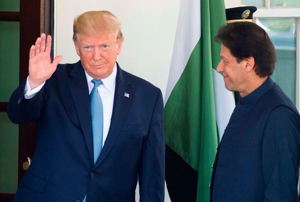 7月22日美國總統特朗普(左)在白宮會見到訪的巴基斯坦總理伊姆蘭‧汗(右)。(JIM WATSON/AFP/Getty Images)