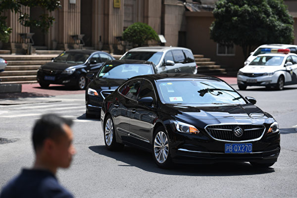 圖為載著美方談判代表的美國領事館汽車。(GREGORY BAKER,GREG BAKER/AFP/Getty Images)