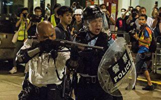 香港警察举霰弹枪对准示威者 被指危险动作