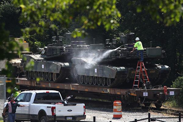展出的坦克於周一下午抵達華盛頓DC東南部,工作人員周二用水清潔坦克。(Mark Wilson/Getty Images)