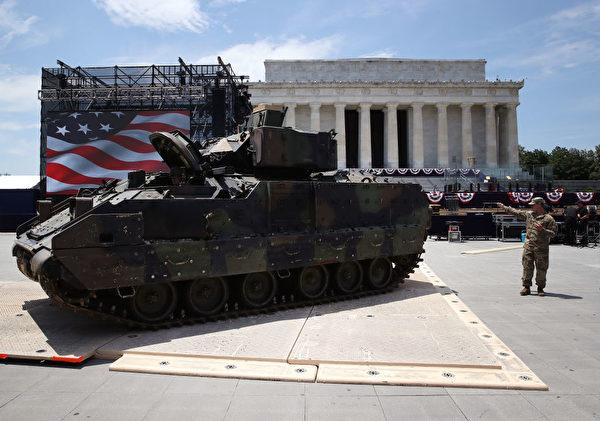 美軍周三將M1艾布拉姆斯坦克停放在林肯紀念堂前。(Mark Wilson/Getty Images)
