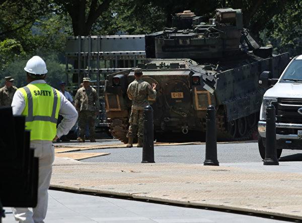四輛坦克須在路面保護板上行駛至安排地點。(Mark Wilson/Getty Images)