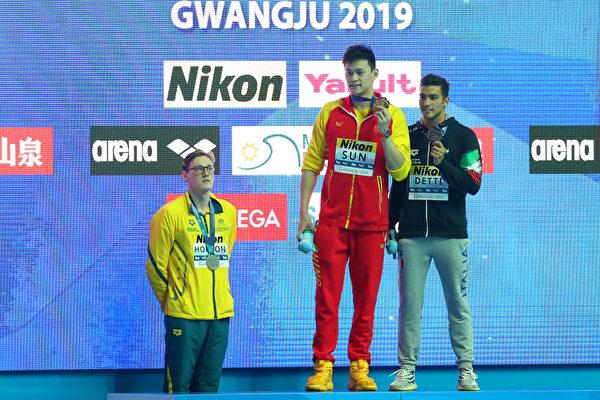澳洲選手霍爾頓(左一)拒絕與捲入禁藥風波的中國選手孫楊(中)同台領獎合照,引發關注。(Maddie Meyer/Getty Images)