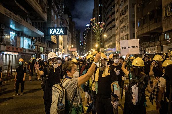 2019年7月21日晚間,香港抗議人士聚集在中聯辦外面。(Chris McGrath/Getty Images)