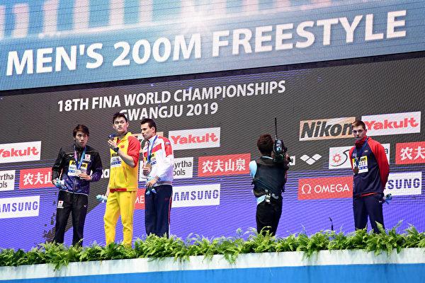 英國選手斯科特‧鄧肯(右一)重演了霍頓的做法,拒絕與獲得金牌的孫楊握手、合照。(Quinn Rooney/Getty Images)