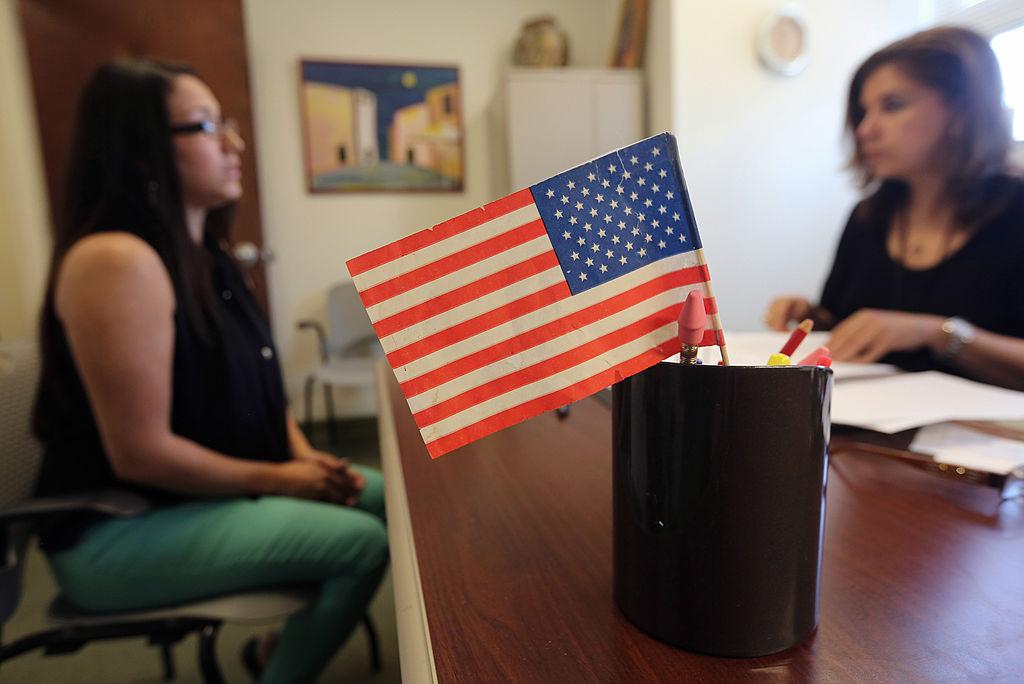 美國《移民和國籍法》中規定,良好的道德品質是入籍的必要條件。(John Moore/Getty Images)