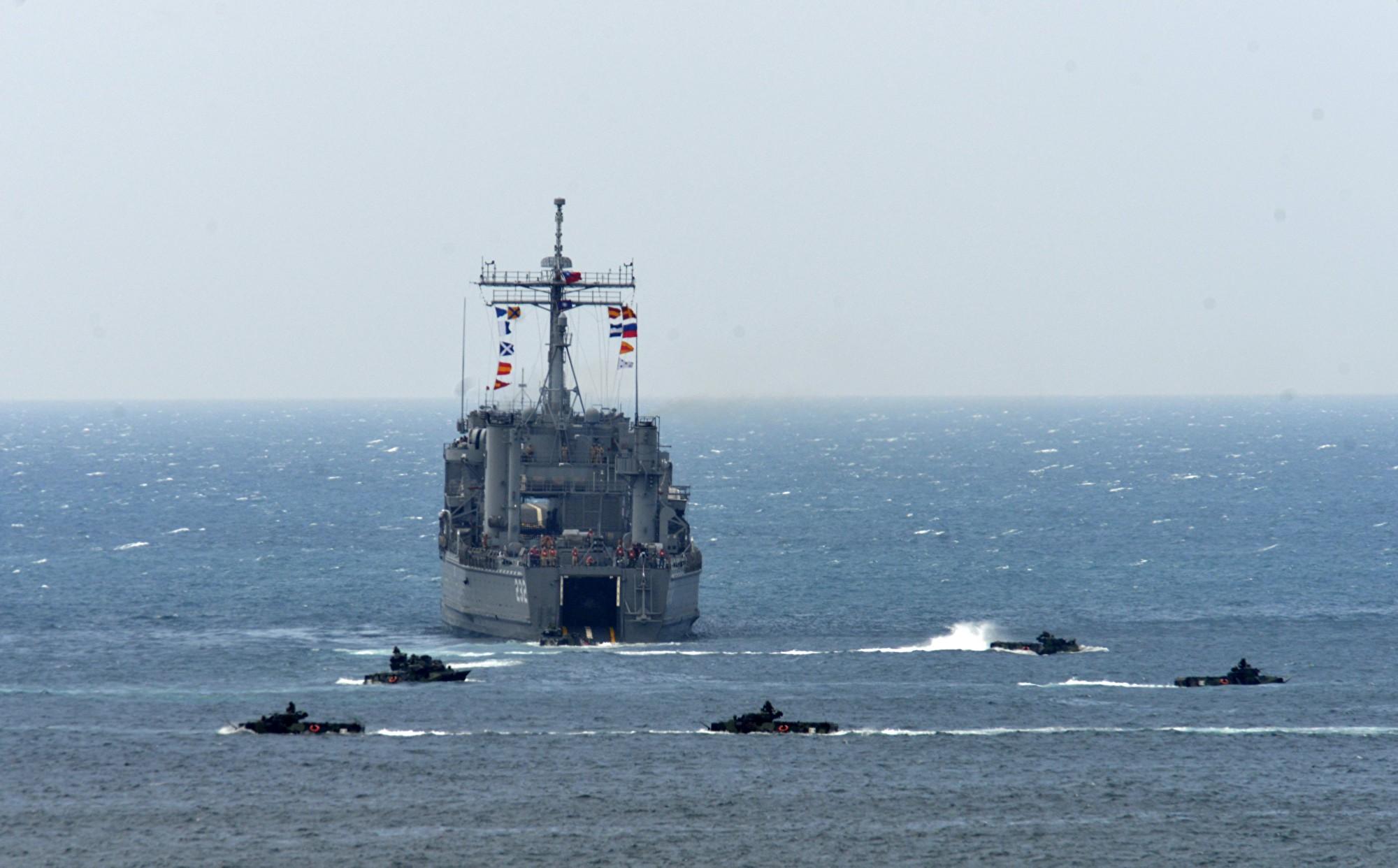 2017年5月25日,在台灣澎湖舉行的漢光演習中,一艘登陸艦與多輛兩棲登陸戰車。(SAM YEH/AFP/Getty Images)