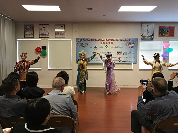 图:2019年台加艺文节即将登场,台加文化中心举办新闻会介绍。图为悟远剧坊演员登台。(邱晨/大纪元)