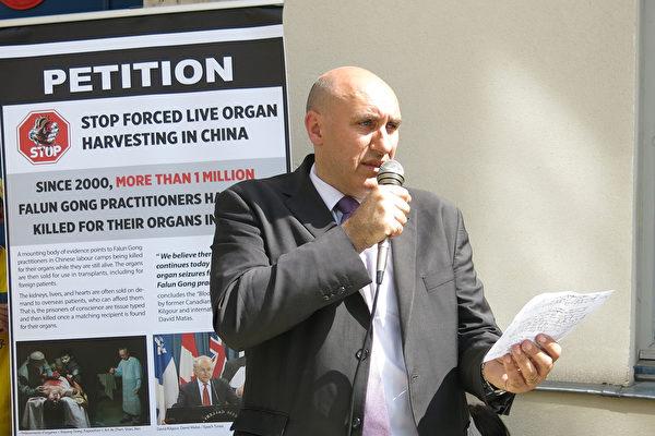 """国际人权机构""""医生反对强摘器官协会""""(DAFOH)的法国代表Harold King先生在集会现场发言(关宇宁/大纪元)"""