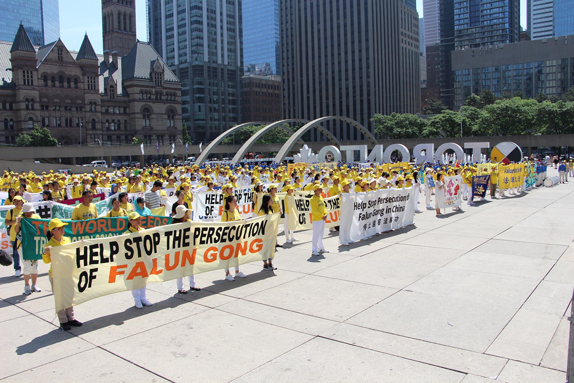 2019年7月20日,多倫多市政廣場站滿了法輪功學員,他們已經連續20年以和平理性的方式,反對中共針對法輪功的迫害。(Jimmy Pizolinas/大紀元)