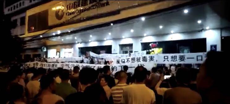 湖北武漢市新洲區陽邏民眾抗議修建陳家沖垃圾焚燒發電項目已有10天,大批民從仍然堅持每天晚上出去「散步」。(受訪者提供)