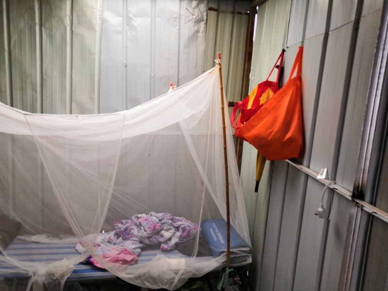 6月30日凌晨4時許,村民應翠榮家遭遇強拆,應翠榮在廢墟旁搭建棚子居住。(受訪者提供)