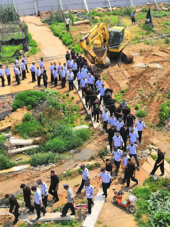 今年6月21日,王恩忠家遭遇的一次強拆,當時是被警察制止下來。(受訪者提供)