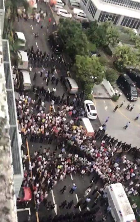 7月19日,廣東深圳市福田區梅華路105號多麗工業區的貨拉拉平台總部被數千名司機圍堵,司機們抗議平台降價。(受訪者提供)