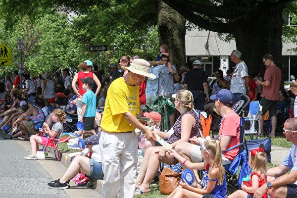 7月4日,法輪功學員參加馬里蘭州陶森(Towson)獨立日遊行。(大紀元)
