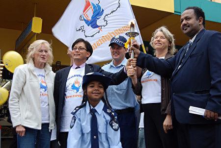 2007年11月22日上午,萊斯(右二)在Maribyrnong市集會上,歡迎人權聖火的到來。(大紀元)