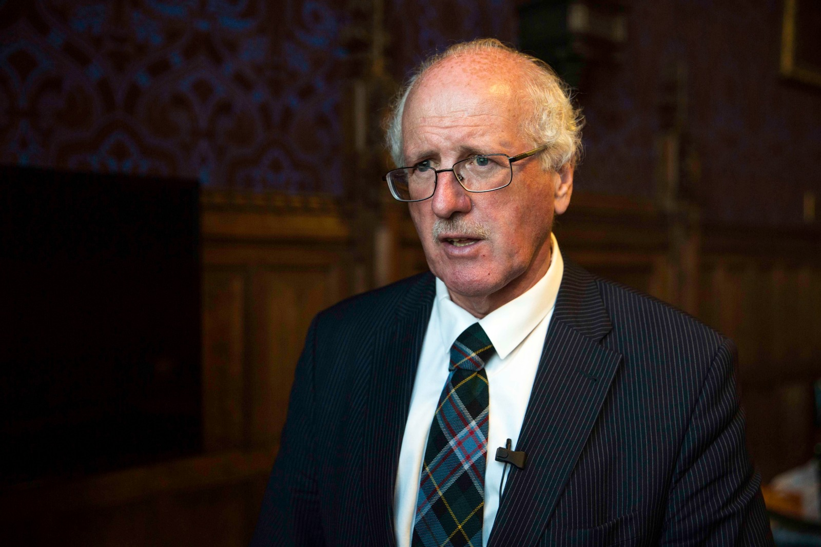 7月16日傍晚,英國國會北愛爾蘭選區議員吉姆‧香農(Jim Shannon)主持出席在英國議會大廈內部舉辦的關於英國幫助制止中共迫害法輪功的研討會。(冠奇/大紀元)