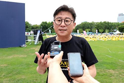 來自北韓的電影導演、作家、NK文化財團理事長鄭成山在演講過程中,多次以中文呼喚「法輪大法好」。 他表示,中國共產黨滅亡全世界才能迎來和平。(金國煥/大紀元)