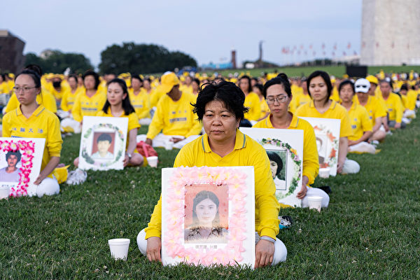 2019年7月18日,华盛顿DC,法轮功学员手持在中国大陆被迫害致死学员的遗照表达哀思。(戴兵/大纪元)