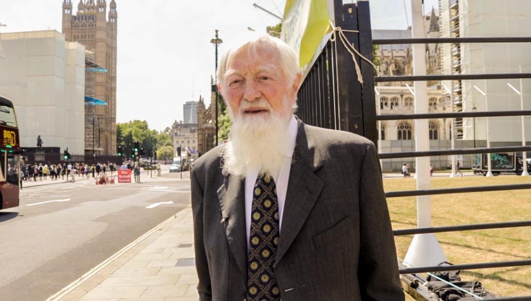 7月16日上午,英國上議院中立議員、希爾頓男爵(Lord Hylton)雷蒙德‧赫維‧喬利夫(Raymond Hervey Jolliffe)在法輪功學員集會現場。(Jane Werrell/大紀元)