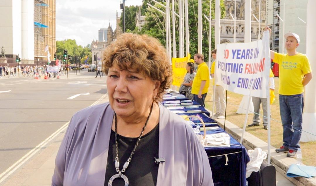 7月16日下午,英國國會英格蘭選區議員瑪麗‧里默(Marie Rimmer)在法輪功學員集會和平請願現場。(Jane Werrell/大紀元)