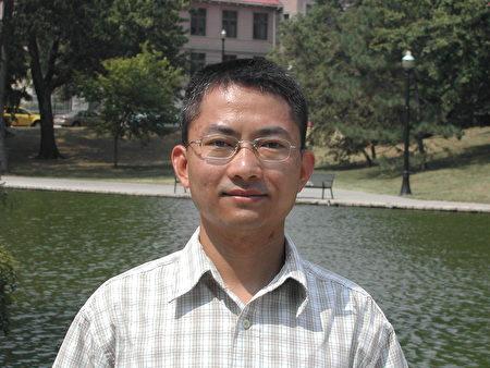 2008年黃奎在美國俄亥俄州立大學讀書;背景是校園內的鏡湖。(黃奎提供)