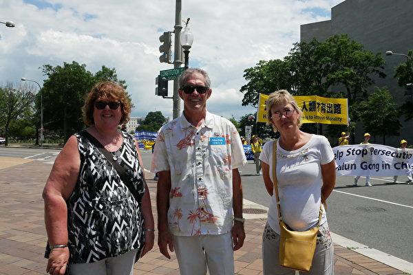 來自馬里蘭州的IT信息系統專家John Demeduk(中)、太太Vera Demeduk(右)、朋友Kotecha。(李辰/大紀元)