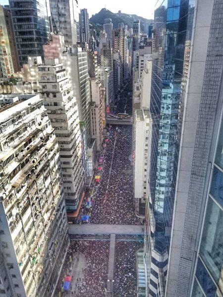 2019年7月1日,香港,七一大遊行民眾擠滿街道。港府強推《逃犯條例》修訂草案後引發民怨,民眾走上街頭抗議,要求撤回惡法。(大紀元)