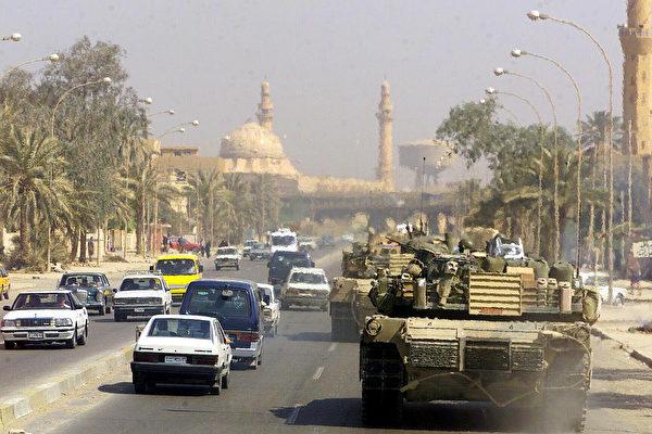 圖為2003年秋天,在推翻薩達姆的伊拉克戰爭中,美國海軍陸戰隊的M1艾布蘭坦克在巴格達街頭巡邏。(維基百科公有領域)