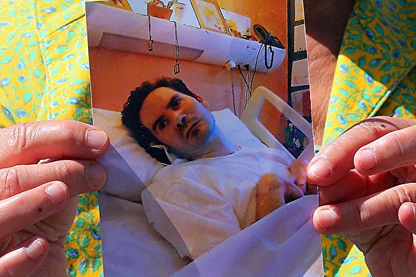 文森特的母亲薇薇安2015年6月手持他的照片。 (FRANCOIS NASCIMBENI/AFP/Getty Images)