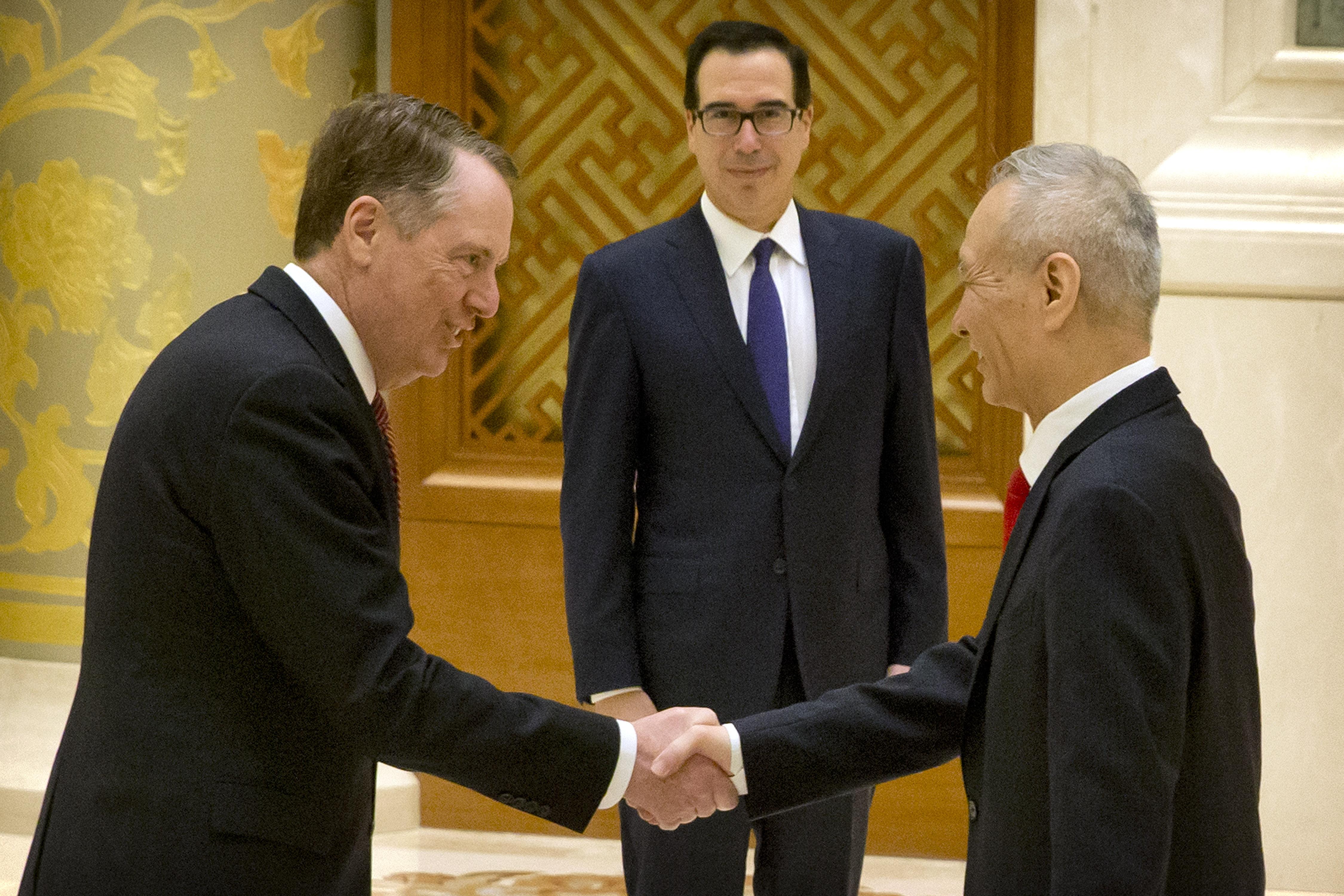圖為2月14日,美國貿易代表萊特海澤(左起)、財長姆欽和中共副總理劉鶴在北京會談前合照。 (MARK SCHIEFELBEIN/AFP)