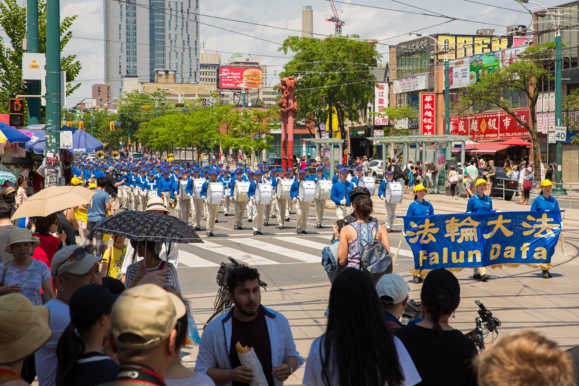 7月20日,加東地區法輪功學員舉行盛大遊行,紀念反迫害20周年,圖為走在遊行隊伍前面的是天國樂團方陣。(艾文/大紀元)