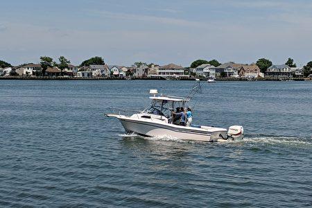 長島民眾開遊艇出航和家人慶祝美國國慶日。