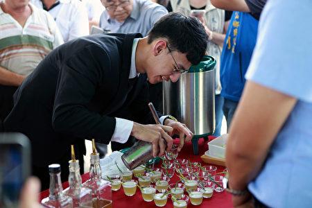 邀請106、107年度調茶競賽冠軍李守宸進行調茶演出,提供現場貴賓試喝。