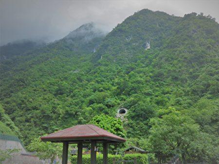 沿著蘇花公路,穿越無數高山峻嶺,走過無數冗長隧道,遇見壯麗的高山和海景。